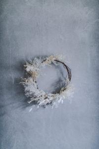 How to make a DIY minimalist, modern, neutral christmas wreath & decor with dried flowers for a unique asymmetrical, organic design idea.